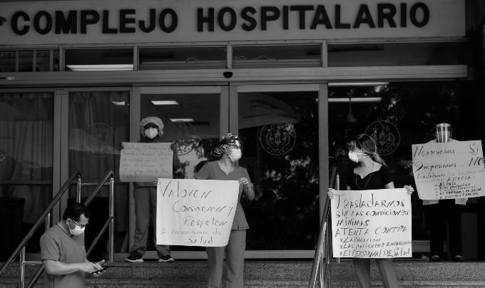 Los médicos y todo el personal que trabaja en el sector salud se quejan de no tener mascarillas ni la protección necesaria para laborar. Foto: EFE.