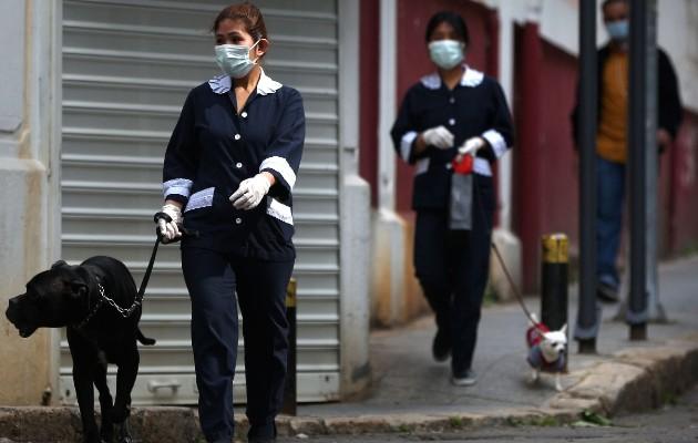 Cientos de miles de sirvientas y niñeras extranjeras laboran en países árabes. Paseadoras de perros en Beirut. Foto / Patrick Baz/Agence France-Presse — Getty Images.