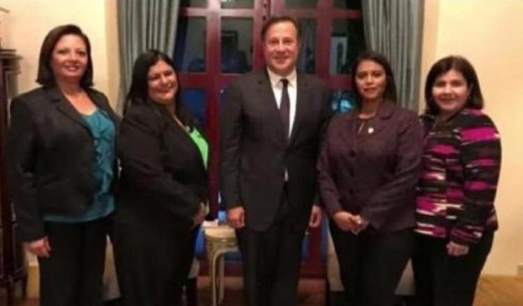 Algunas de las fiscales que posaron amenamente con Juan Carlos Varela.