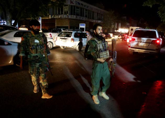 Socorristas cargan a un hombre herido en el atentado hacia el hospital de Kabul. Fotos. EFE.