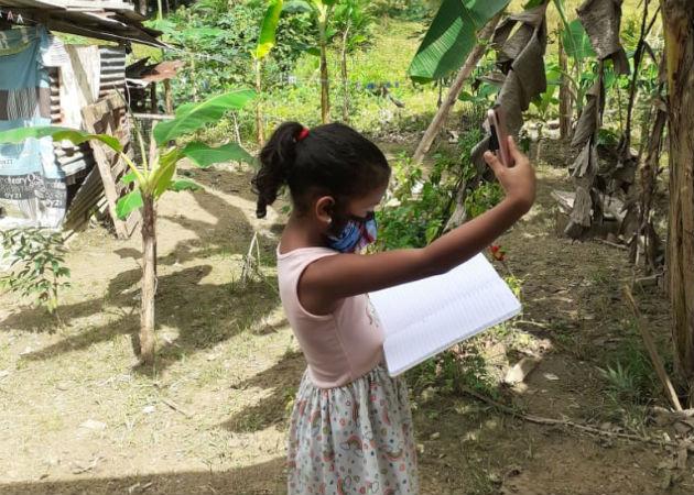Los alumnos tienen que ir a los potreros para buscar señal y poder conectarse a las clases virtuales. Fotos: Diómedes Sánchez.