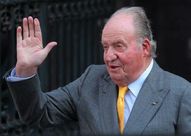 El rey emérito de España, Juan Carlos I, abandona España ante el escándalo por sus presuntos negocios. Fotos: EFE.