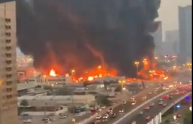 Incendio de grandes proporciones en mercado de Emiratos Árabes Unidos