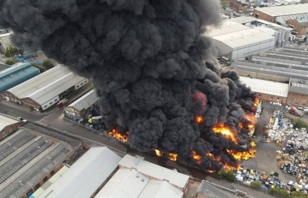 Incendio de grandes proporciones consume fábrica en Birmingham
