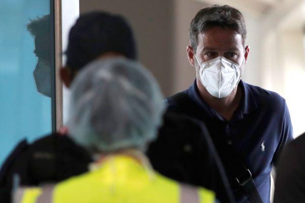 Thomas Christiansen es revisado por el personal médico del Ministerio de Salud (Minsa) a su llegada al Aeropuerto internacional de Tocume. Foto:EFE