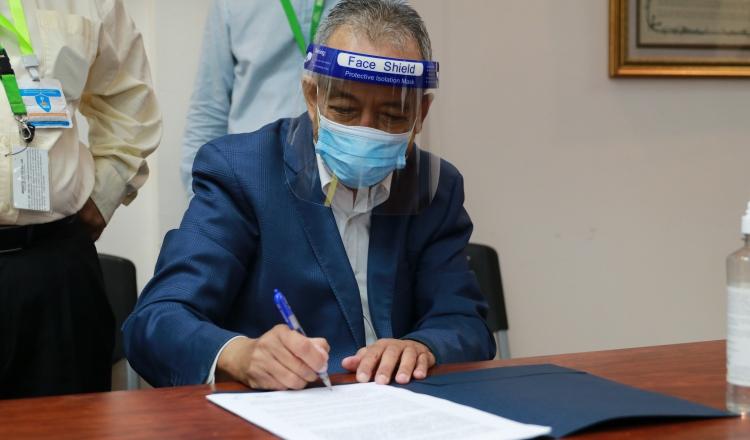 Gobierno y los gremios médicos logran acuerdo luego de dura polémica por la contratación de especialistas extranjeros