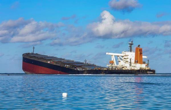 Buque carguero de bandera panameña que encalló y vertió petróleo en aguas de la isla Mauricio.