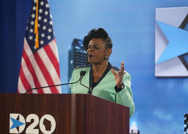 La representante por Wisconsin, Gwen Moore, habla en la Convención Nacional Demócrata, evento que es virtual. Fotos: EFE.