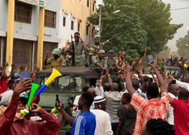 Los golpistas parecen contar con el apoyo popular, a juzgar por las muestras de alegría expresadas por la multitud. Foto: Cortesía.