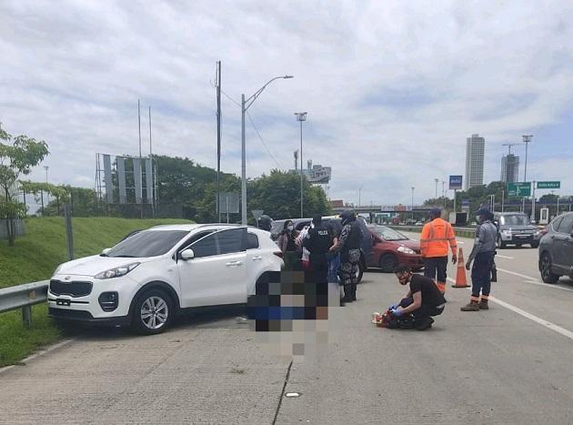 El automóvil en el que se transportaban las víctimas se estrelló contra la barrera de hierro de protección del Corredor Sur.