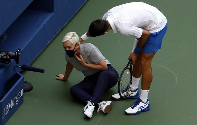 Descalifican a Novak Djokovic por dar un pelotazo accidental a una jueza de línea