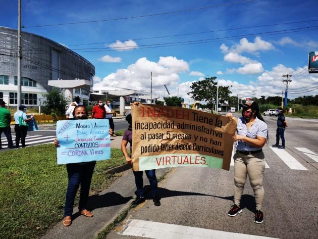 Instructores del Inadeh cierran una de las calles en la vía Tocumen, en protesta por pagos adeudados