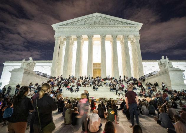 Foto archivo de los magistrados de la Corte Suprema de EE.UU., donde aparece sentada (cuarta de izq. a der.) la jueza  Ruth Bader Ginsburg. Foto: EFE