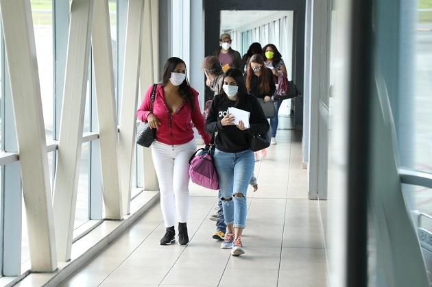 ¿Cuál es el procedimiento si la prueba de COVID-19 de un viajero que llega a Panamá resulta positiva?