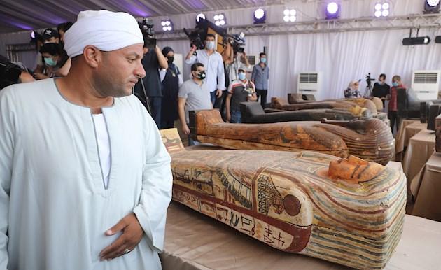 Egipto saca a la luz 59 sarcófagos de hace 2,600 años con sus momias intactas