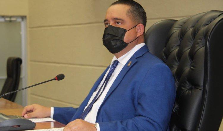 Marcos Castillero, presidente de la Asamblea Nacional, trata de justificar contratos hechos en medio de la pandemia