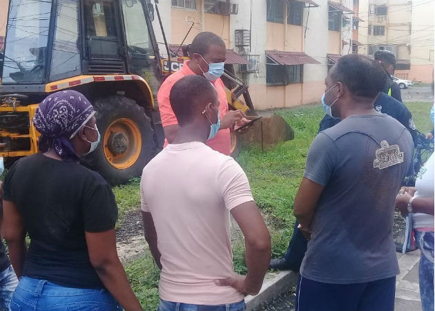 Residentes de edificios de la calle 3 en Colón, se quejan porque las aguas servidas invaden sus apartamentos