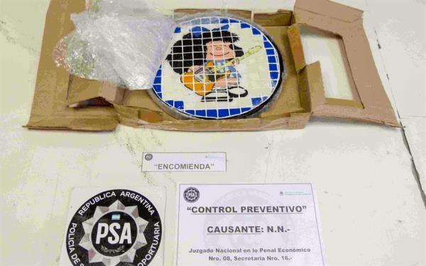 Policía Aeroportuaria de Argentina desarticula una banda que traficaba drogas a través de la imagen de Mafalda