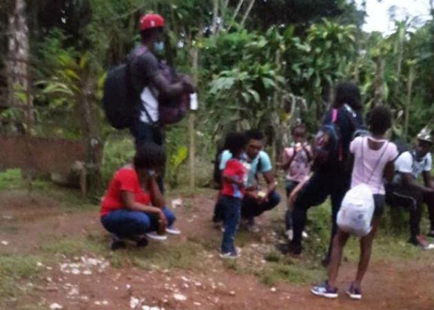 Migración costarricense abandona a grupo de haitianos en Cañas Gordas, distrito de Renacimiento