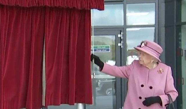 La Reina Elizabeth II y el príncipe William son criticados por no usar cubrebocas en público