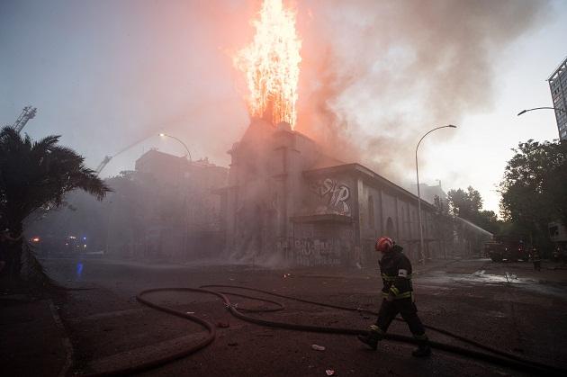 Dos iglesias quemadas y varios saqueos, tras multitudinaria marcha en Chile