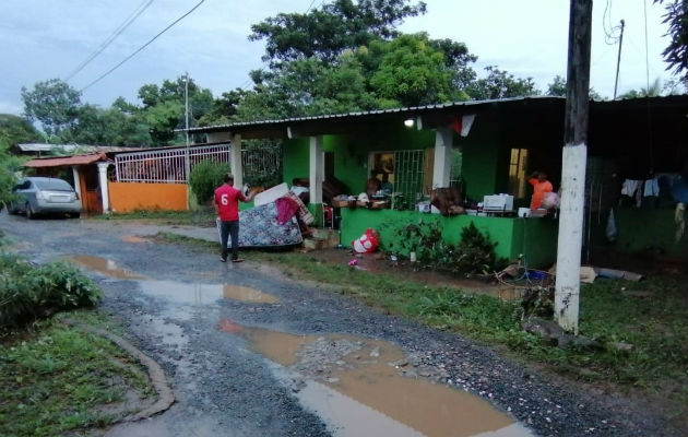 Personal del Municipio de La Chorrera distribuyó colchones, alimentos y enseres de limpieza a los damnificados. Foto: Eric A. Montenegro.