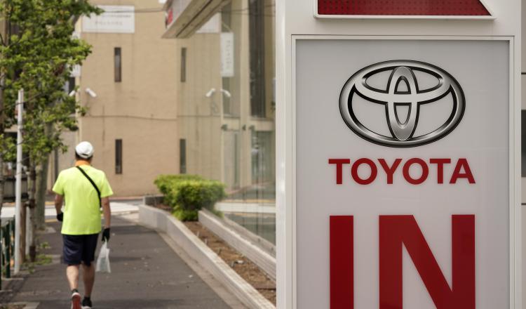 El beneficio de Toyota cae el 45%, pero revisa al alza su proyección