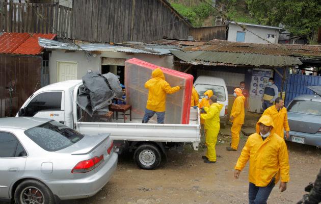 Evacuación obligatoria de habitantes, en la colonia El Edén, a causa del paso del huracán Iota en Tegucigalpa. Foto: EFE.