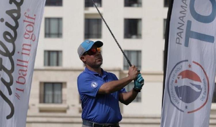 Golfistas del Panamá Mid Amateur Tour van por el golpe decisivo en Santa María