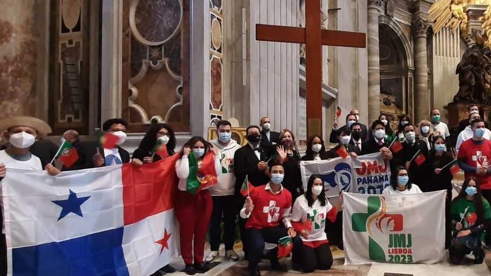 Jóvenes panameños entregan símbolos de la JMJ a Portugal