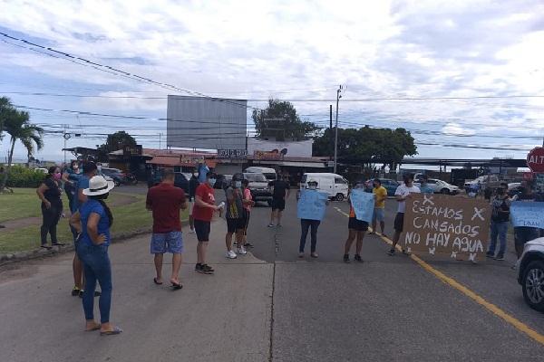 Moradores de varias barriadas en La Chorrera cierran las calles exigiendo agua potable