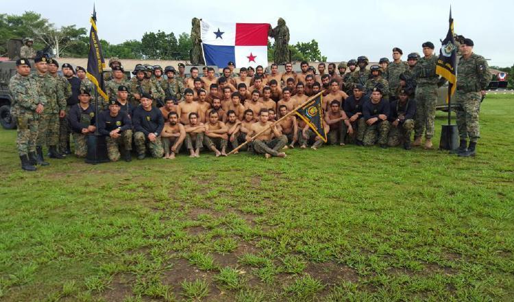 Losmiembros del Senafront son entrenados bajo rigurosos entrenamientos, que incluyen actividades en la selva.
