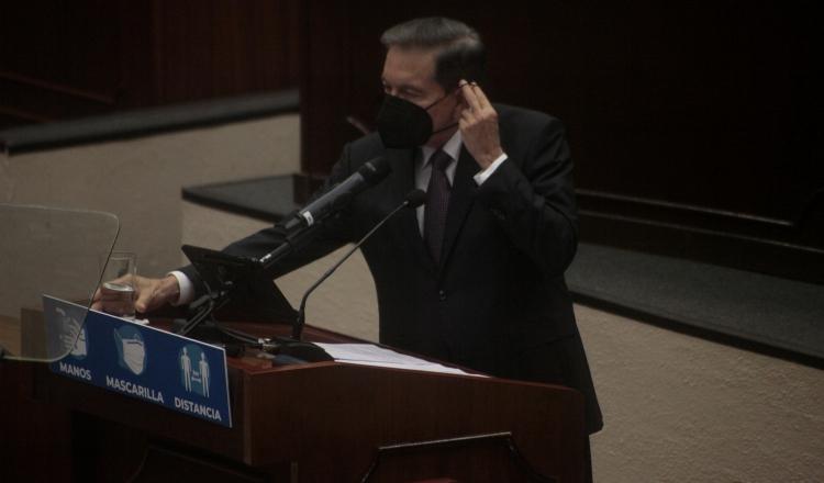 El hablar más de una hora, con mascarilla, obligó al presidente Laurentino Cortizo a realizar varias pausas para tomar agua. Foto de Víctor Arosemena