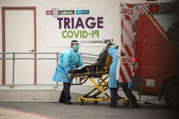 Empleados de la salud ingresan a una persona con síntomas de covid-19 en el Hospital General de Zona, en la ciudad de Saltillo, en México. Foto: EFE