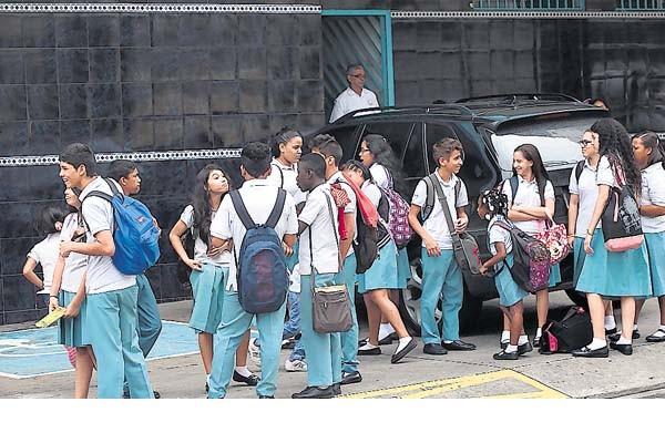 Algunos colegios están cobrando laboratorio de lenguas, dijo Lombardo.