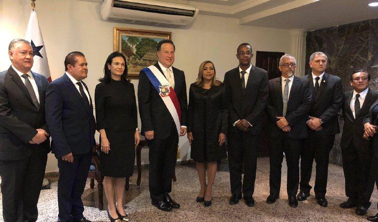 El presidente Juan Carlos Varela junto a la presidenta de la Asamblea, Yanibel Ábrego, y miembros de la comitiva de diputados que fueron a buscar al mandatario a la Presidencia. /Foto Cortesía