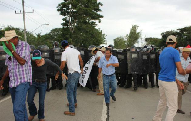 El cierre de calle se registró a la altura del puente sobre el río La Villa, lo cual impidió el paso de vehículos en la zona. Thays Domínguez