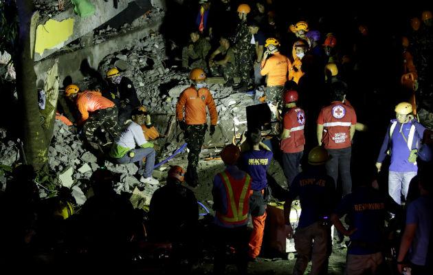 Equipos de rescate trabajan en un edificio derruido tras el terremoto en Pampanga (Filipinas). Foto: EFE.