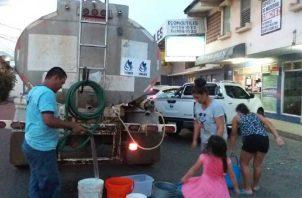 Cuando hay crisis por daños en las potabilizadoras o daños en tuberías, el paliativo es enviar algunos carros cisterna. Foto: Panamá América
