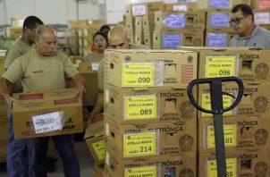 Distribuyen los kits con el fin de armar las mesas de votación para 147.3 millones de personas llamadas a votar. EFE