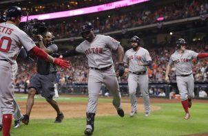 Jackie Bradley Jr. festeja su jonrón con bases llenas. AP
