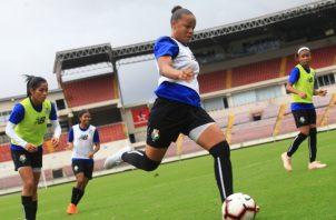 Yomira Pinzón despeja el balón durante los entrenamientos del seleccionado femenino. Anayansi Gamez