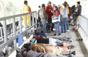 Los refugios están totalmente llenos lo que obliga a buscar otros lugares para cobijarse. EFE