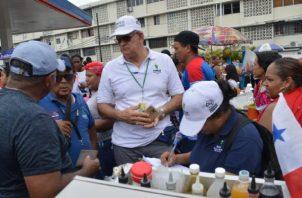 En San Miguelito se han   hecho revisiones de carnés de salud y  puestos de comida para evitar malestares por mal manejo de alimentos.  Foto: Cortesía