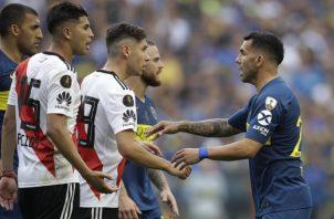 Carlos Tévez, de Boca Juniors, da la mano a Rafael Borre de River. Foto:AP