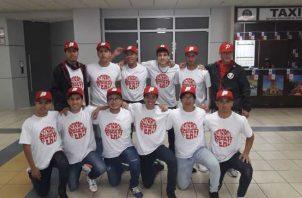 La novena de Perú a su llegada a Panamá. Fedebeis