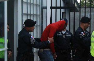 Uno de los implicados mientras era trasladado. Thays Domínguez