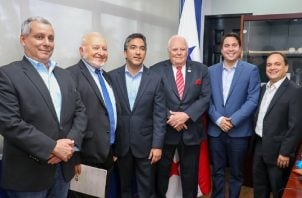 Henry Pozo (tercero de izquierda a derecha) y Mario Pérez, director de Pandeportes junto a los dirigentes de Odecabe. Cortesía