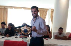 Mexicano Estrella posa con el título que espera ganar. Jaime Chávez R.