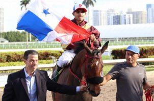 La yegua panameña  Brigantia y el jinete Luis Sáez celebran su victoria en Florida. @GulfstreamPark